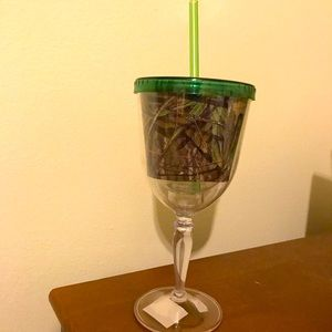 Mossy Oak plastic tumbler with straw